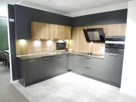 Showroomkeuken Stratusgrijs / Olm verticaal Brugman keukens en badkamers Alkmaar