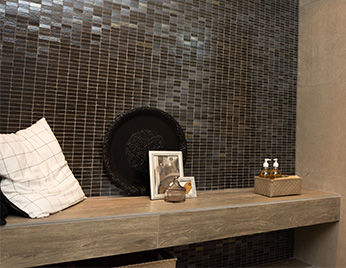 Houten bankje in de badkamer