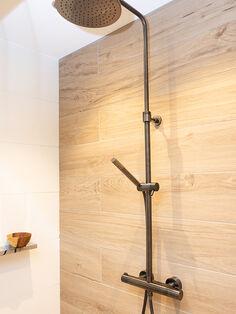 Kleine badkamer met donkere kleuren