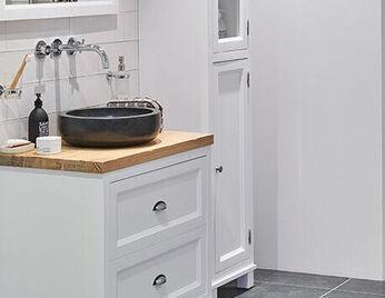 Zwart-wit badkamer met hout