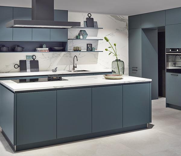 Blauwe elementen in keuken