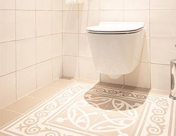 Witte mozaïek tegels in de badkamer