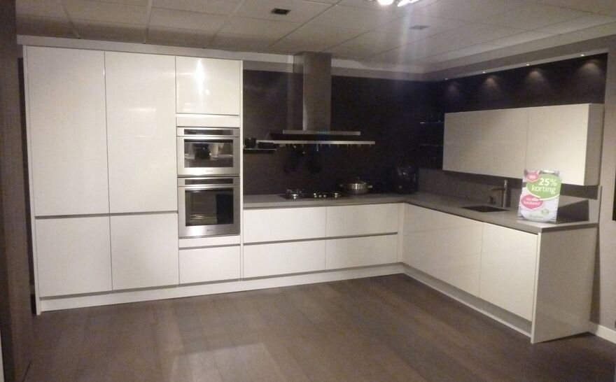Showroomkeuken Altweiß hochglanz Brugman keukens en badkamers Hengelo