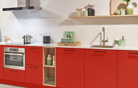Steel de show met een rode keuken