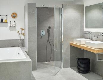 Grijze moderne badkamer