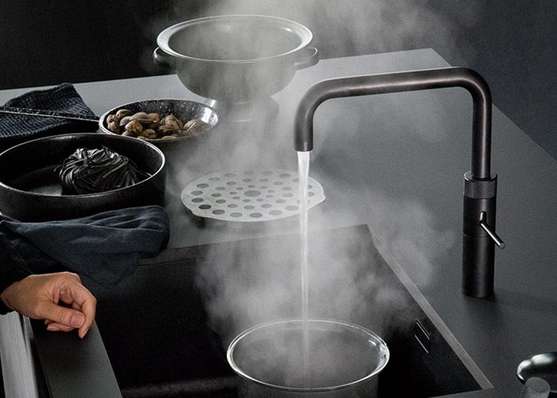 Zwarte kraan in de keuken