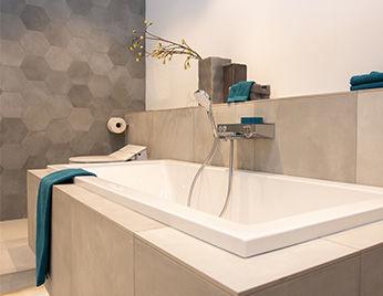 Badkamer met grijze mozaïek tegels