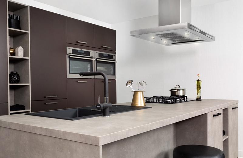 Industriële keuken met zwarte keukenkraan