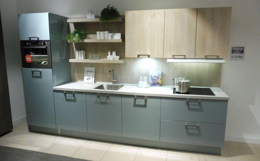 Showroomkeuken Fjordblauw glanzend / Nordic wood natuur Brugman keukens en badkamers Venlo