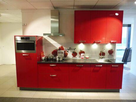 Showroomkeuken Marsrood hoogglans Brugman keukens en badkamers Wateringen