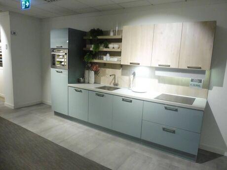Showroomkeuken Fjordblauw glanzend / Nordic wood natuur Brugman keukens en badkamers Capelle