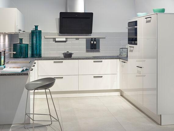 U-keuken met kastenwand