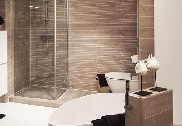 Kleine badkamer met bad en inloopdouche